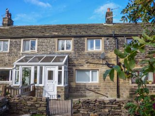 LEWIS COTTAGE, terraced, Smart TV, WiFi, enclosed garden, Denby Dale, Ref 941867 - Denby Dale vacation rentals