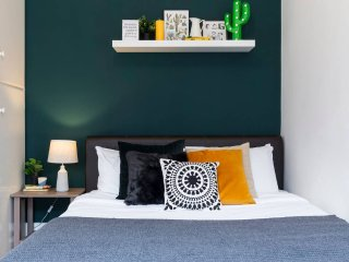 Cosy 1 bed in Covent Garden, Serviced by Hostmaker - London vacation rentals