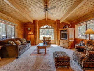 Cozy cabin w/resort attractions like shared pool + private hot tub & fenced yard - Sisters vacation rentals
