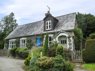 OLD SCHOOL HOUSE, romantic retreat, former school house, enclosed garden, WiFi - Knighton vacation rentals