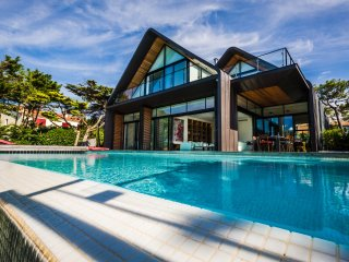 SPECIAL OFFER -22% Villa d'architecte vue Golf/Mer piscine chauffée - Anglet vacation rentals