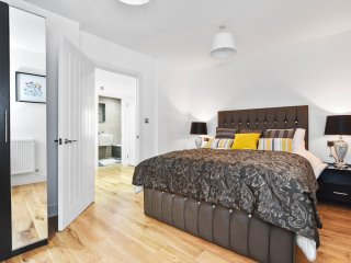 Modern 2 Bedroom Deluxe Apartment - London vacation rentals