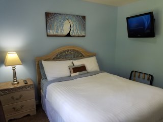 Cozy Queen Bedroom, Spa & Breakfast (Shared Bath) - Elizabethtown vacation rentals