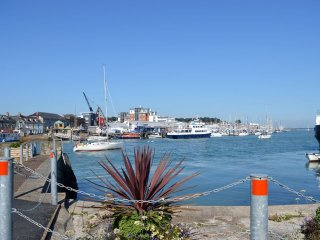 Anchor Cottage - Beautifully presented waterside house - East Cowes vacation rentals