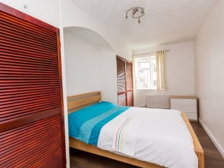 Superb 4 Bed Apartment In Whitechapel ATH - London vacation rentals