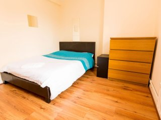 Excellent 4 Bedroom Apartment In Bethnal Green HB - London vacation rentals
