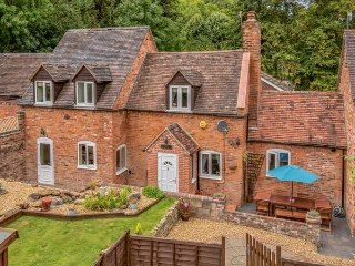 BROOK COTTAGE, pet friendly, woodburning stove, with a patio in Coalbrookdale, Ref 934837 - Coalbrookdale vacation rentals