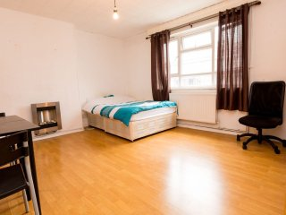 Excellent 4 Bedroom Apartment In Whitechapel WYL - London vacation rentals
