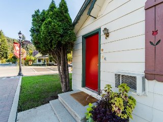 Cozy, laid-back condo, one block from downtown Leavenworth - dogs welcome! - Leavenworth vacation rentals