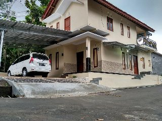 Nice House with Satellite Or Cable TV and Garage - Salatiga vacation rentals