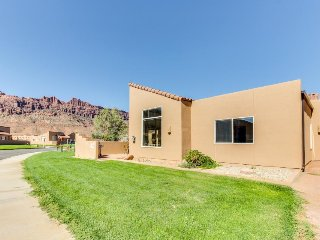 Spectacular views of the Moab Rim w/shared seasonal pool & hot tub! - Moab vacation rentals
