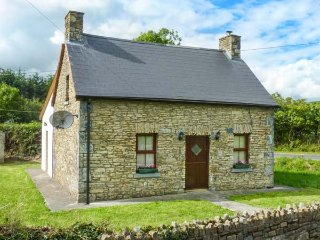 TOURARD COTTAGE, detached, pet-friendly, WiFi, gardens, nr Mallow, Ref 938712 - Newmarket vacation rentals