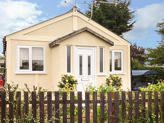 BEACHSIDE COTTAGE, all ground floor, garden, WiFi, nr Cleethorpes, Ref 944382 - Cleethorpes vacation rentals