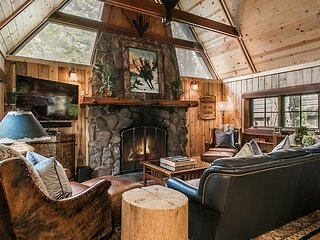 Main house and 3 cabins, short walk to lake, two private hot tubs - great for couple's or family retreat - Houston Camp - Carnelian Bay vacation rentals