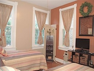 Charming 2 Bedroom, 1 Bathroom East Capitol Hill Home - Fairlawn vacation rentals
