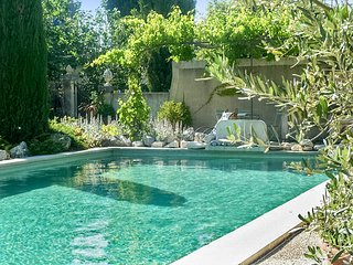 Le Murier – a stunning, 2-bedroom house in Oppède with WiFi and a swimming pool access – 10km from Avignon. - Oppede vacation rentals