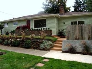 Bright ranch style home with 2 bedrooms/1 bath/1office in convenient N. Portland - Portland vacation rentals