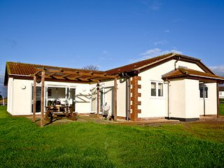 Lovely Bungalow with Washing Machine and Television - Weston vacation rentals