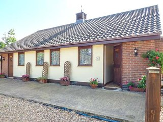 KINGFISHER, pet-friendly, all ground floor, open plan, patio garden, Wattisfield, Diss, Ref 941320 - Diss vacation rentals