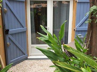 belle chambre en rez de jardin avec jardinet - Giens vacation rentals