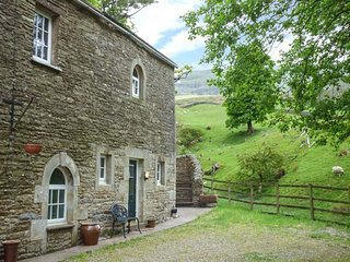 THE HUNTSMAN, ground floor apartment, king-size bed, ample parking, walks from - Kirkby Stephen vacation rentals