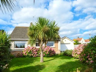 WYNDMERE, detached, WiFi, enclosed garden, in Penally, Tenby, Ref: 939927 - Penally vacation rentals