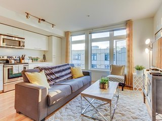 Bright, dog-friendly, waterfront condo in the Green Lake neighborhood - Seattle vacation rentals