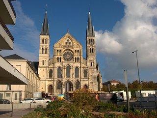 Appartement vue sur la Basilique St Rémi - Reims vacation rentals