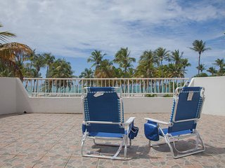 Beachfront, breeze, wi-fi, free park, pool. - Isla Verde vacation rentals