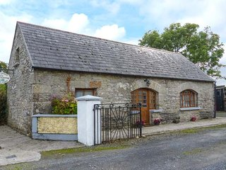 MONEEN COTTAGE, detached barn conversion, en-suite bedrooms, off road parking, Roscrea, Ref 946487 - Tipperary vacation rentals