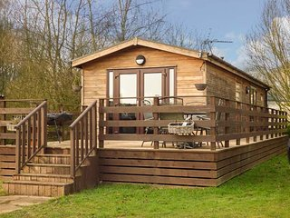 CEDAR LODGE, detached lodge on Tattershall Lakes Country Park, private hot tub, on-site facilities, in Tattershall, Ref 938542 - Tattershall vacation rentals