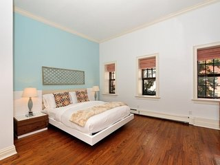 Huge 4BR/2.5BA Townhouse for 13 - Upper East Side! (100% Legal) - New York City vacation rentals