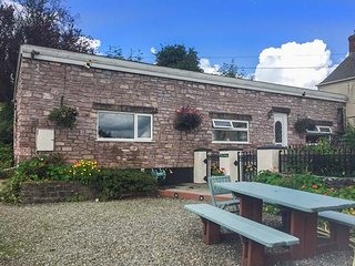 FFYNNONLWYD COTTAGE, all ground floor, off road parking, enclosed patio, near St. Clears, Ref 904205 - Llangynin vacation rentals