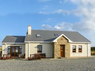 CARRICK COTTAGE, pet-friendly, garden, open fire, Derrybeg, Ref 943457 - Bunbeg vacation rentals