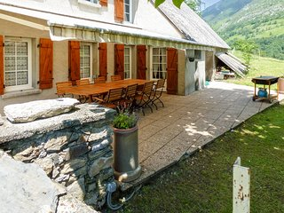 Le Carot – a modern, 4-bedroom house in Campan with a furnished terrace – 15km from the slopes! - Campan vacation rentals