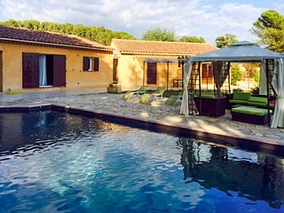 Well-appointed, 3-bedroom house featuring a swimming pool and terrace in the Luberon! - Pertuis vacation rentals
