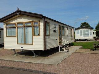 Beautiful 2 bedroom Tiddington Caravan/mobile home with Internet Access - Tiddington vacation rentals