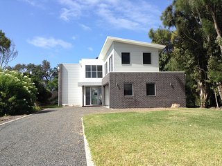 Spacious 4 bedroom Culburra Beach House with Deck - Culburra Beach vacation rentals