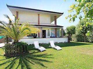 2 bedroom Villa in Forte dei Marmi, Versilia, Italy : ref 2013528 - Forte Dei Marmi vacation rentals