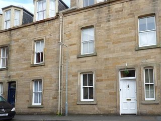 3 QUEEN MARYS BUILDINGS, ground floor apartment, open plan living area, parking, shared green, in Jedburgh, Ref 947796 - Jedburgh vacation rentals