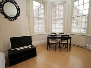 STYLISH APT IN TOP LOCATION - London vacation rentals