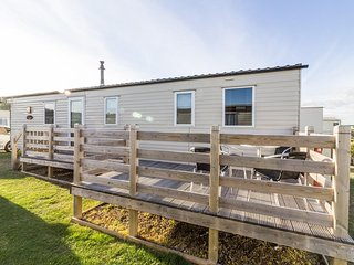 Ref 40078,  6 berth static caravan  with large decking by the  beach.. - Lowestoft vacation rentals