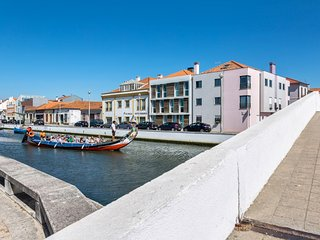 Ria Turquasa – a modern, 1-bedroom apartment in central Aveiro with WiFi – 100m from Aveiro Lagoon! - Aveiro vacation rentals