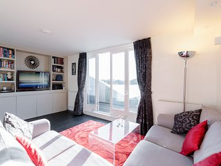 Luxury 2 bed in Kensington Olympia - London vacation rentals