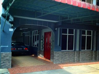 Bright Condo in Wakaf Che Yeh with Washing Machine, sleeps 12 - Wakaf Che Yeh vacation rentals