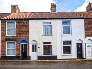 STAR COTTAGE, mid-terrace, WiFi, enclosed courtyard, nr Great Yarmouth, Ref 928805 - Great Yarmouth vacation rentals