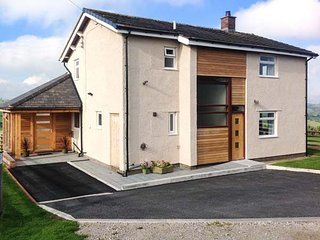 PEN BRYN LLAN, detached farmhouse, en-suite, summer room, patio with furniture, Llannefydd, Ref 931237 - Llannefydd vacation rentals