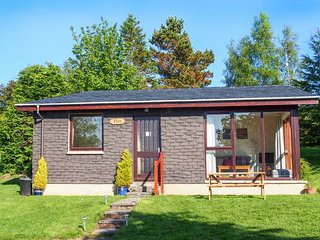 PINE LODGE, detached, WiFi, lawned garden, lovely views, close to Culbokie, Ref 933067 - Culbokie vacation rentals