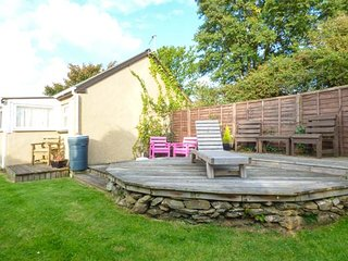 TRENANT COTTAGE, detached, sun room, patio with BBQ, pet-friendly, Fowey, Ref 945883 - Fowey vacation rentals