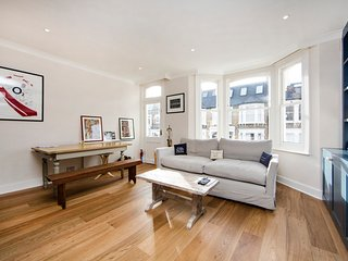 Modern and bright one bedroom apartment perfectly located in the heart of Fulham. - London vacation rentals